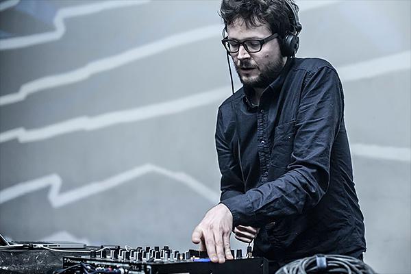Tomáš Dvořák DJ'ing.