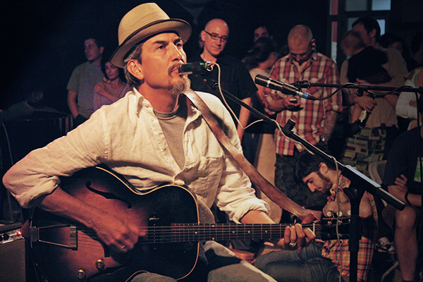 Howe Gelb. Photo by La Tête Krançien.