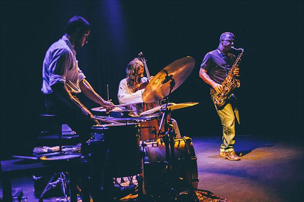 Rodrigo-Amado-Motion-Trio-by-João-de-Sá-600.jpg